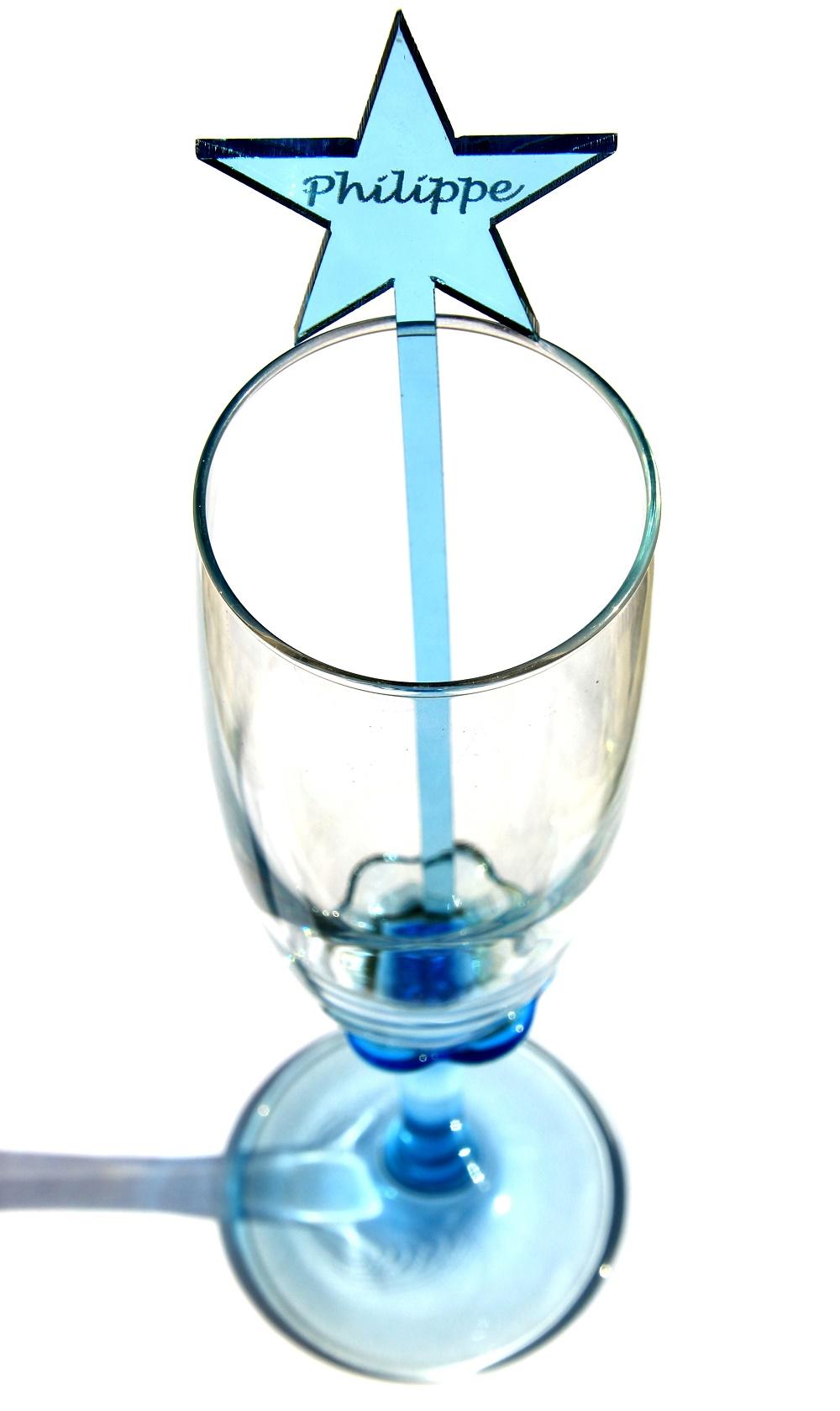 Découpe laser agitateur pour verre avec gravure personnalisée dans PMMA acrylique bleu . Disponibles à la vente ici