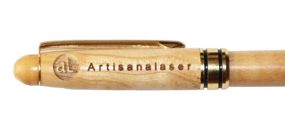 Gravure d'un stylo en bois . Diamètre du logo : 7 mm . Hauteur des lettres minuscules : 2 mm . Longueur totale texte et logo : 40 mm .