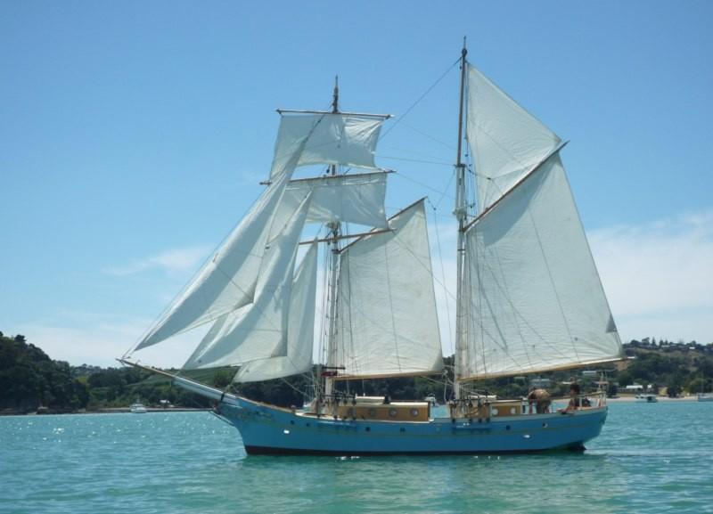 Un clásico navega cerca del Caps