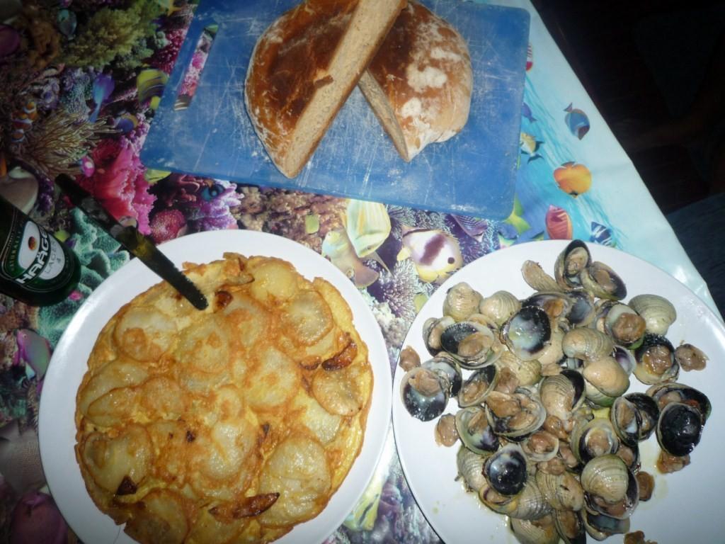 La verdad que comemos como reyes: berberechos, tortilla de patatas y pan recien hecho