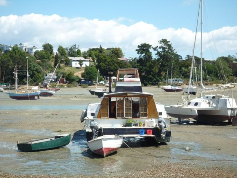 Anzac Bay en marea baja, muchos barcos quedan varados