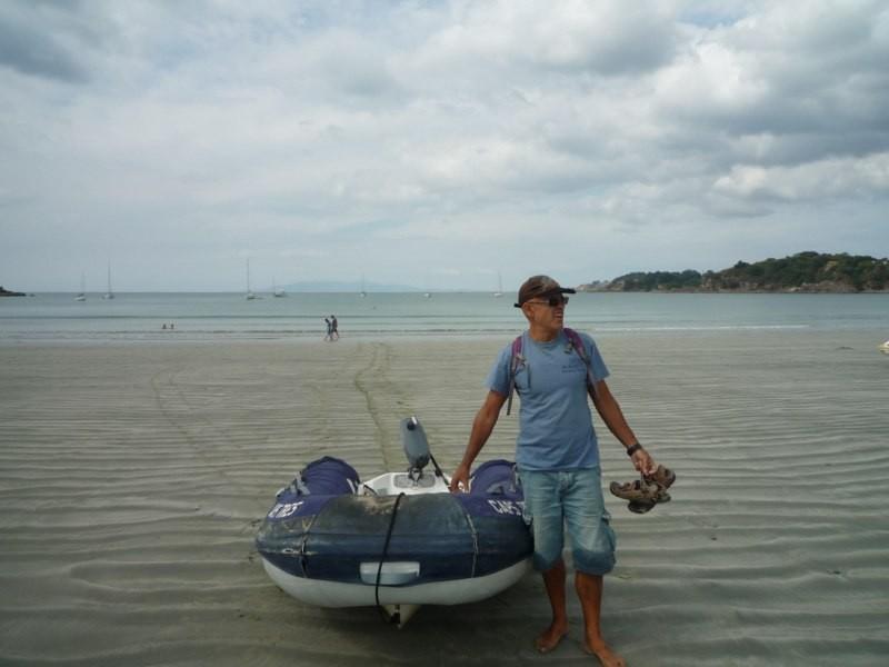 La gran diferencia de mareas nos obliga a arrastrar el dinghy varios metros