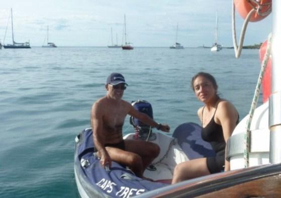 Bajamos el dinghy, Jose le da una vuelta a Jacqueline por la bahía