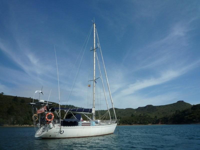 El Caps Tres fondeado en Oneura Bay