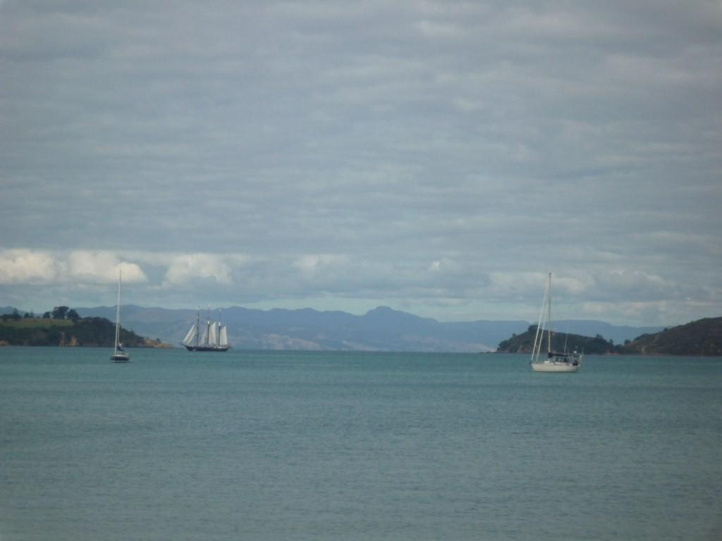Man O'War Bay; atrás el Spirit of New Zealand, con quien hemos ido coincidiendo en varias ocasiones