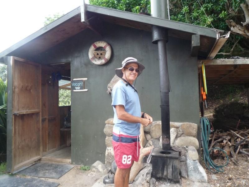 Jose preparando el fuego para calentar el agua