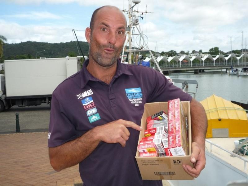 Felipe, un ibicenco, comprando tabaco a 20$ el paquete para su travesía a Cabo de Hornos