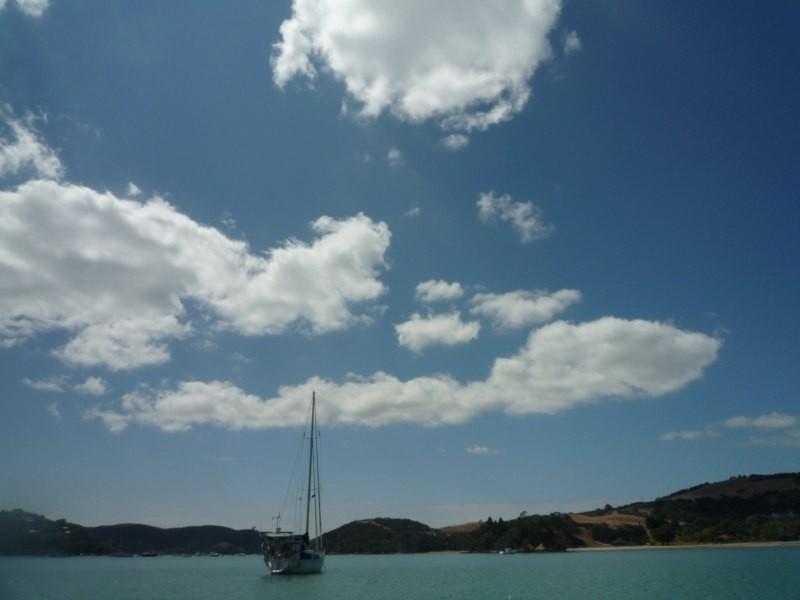 El Caps en Putiki Bay con un cielo AZUL
