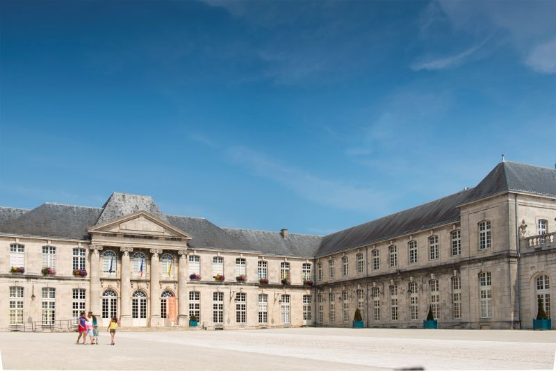 Château Stanislas à Commercy et place du Fer à cheval. Gîte des Palots-Verdun-Meuse