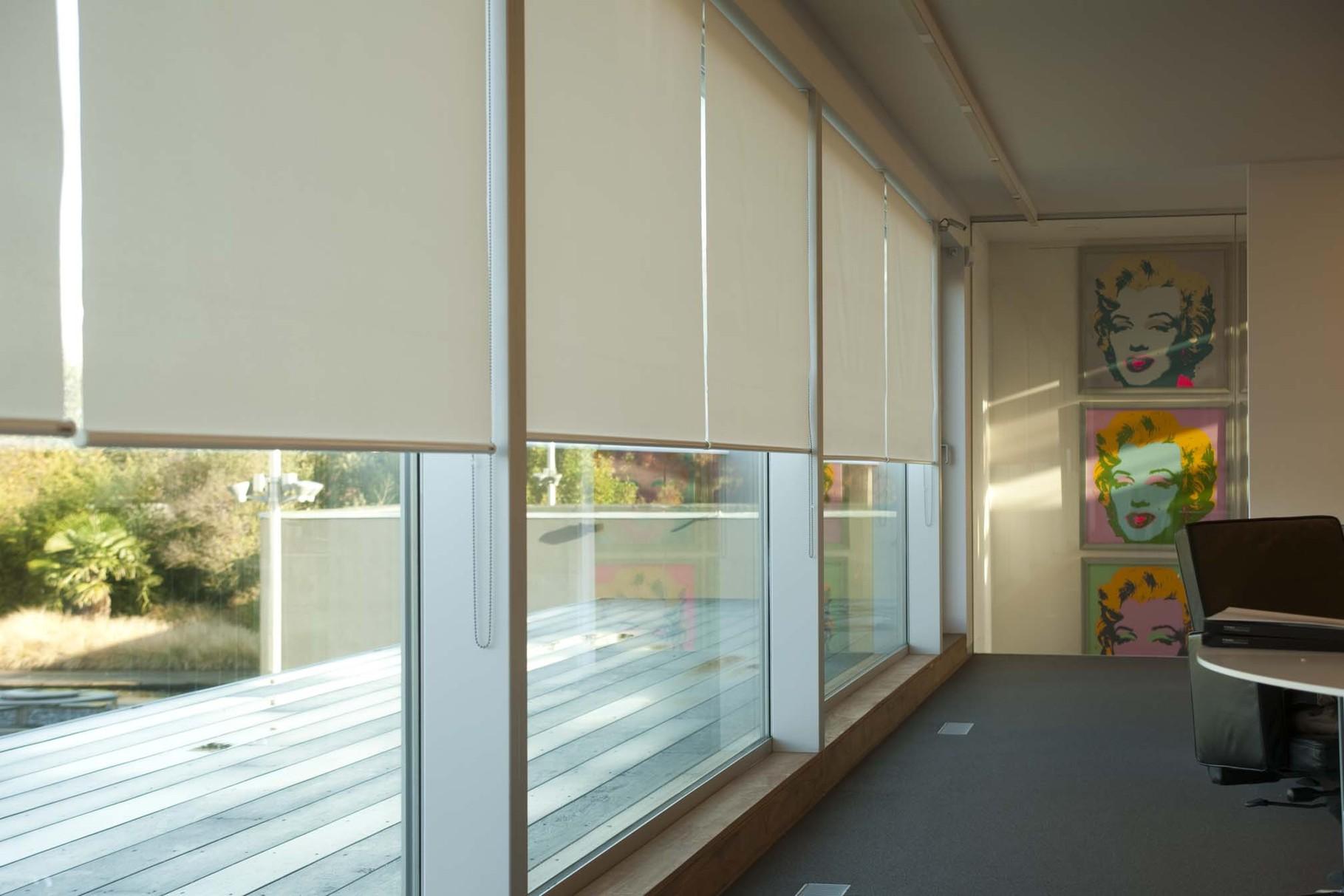на большие окна Master рулонные шторы и жалюзи в спб