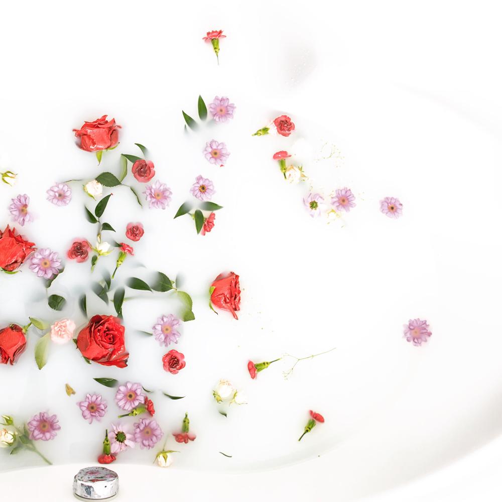 Milchbad mit Blüten (c) stockphoto