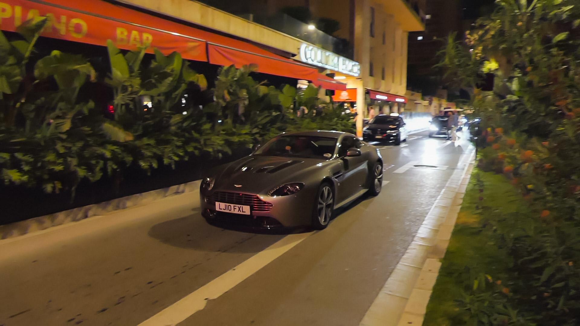 Aston Martin Vantage V12 - LJ10-FXL (GB)