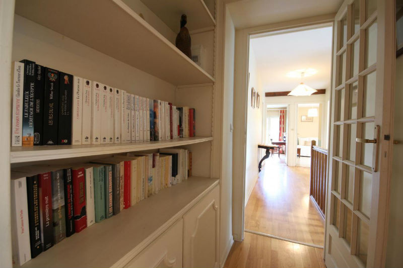 Couloir avec la bibliothèque