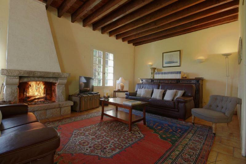 Le salon avec sa cheminée - le bois vous est offert