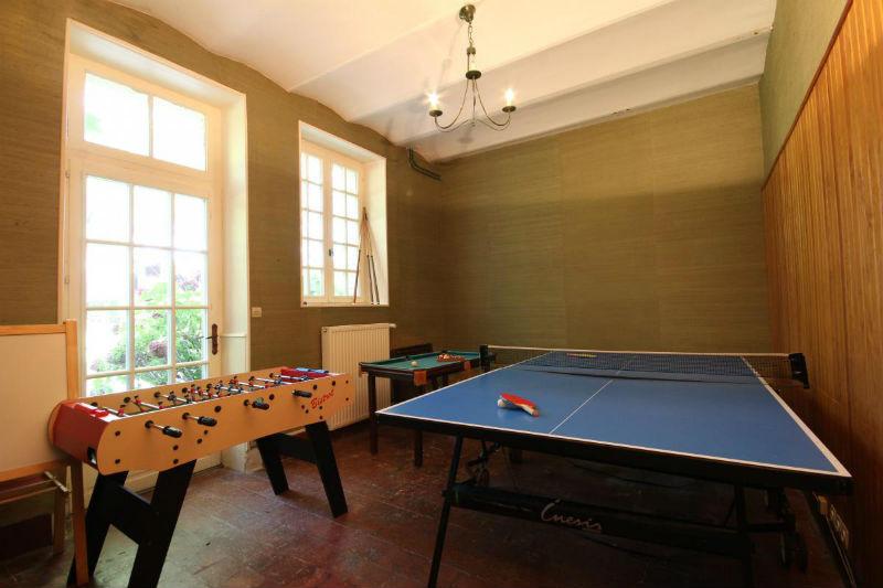 Salle de jeux : ping-pong, baby-foot, mini-billard, jeux extérieurs