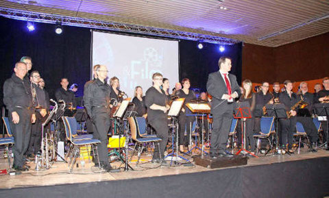 Die Spielgemeinschaft der Musikvereine Hüttigweiler/Wustweiler sorgte unter Leitung von Dirigent Markus Kühn mit Filmmusik und Musicals für tolle Stimmung in der Illtalhalle. Foto: Benno Weiskircher