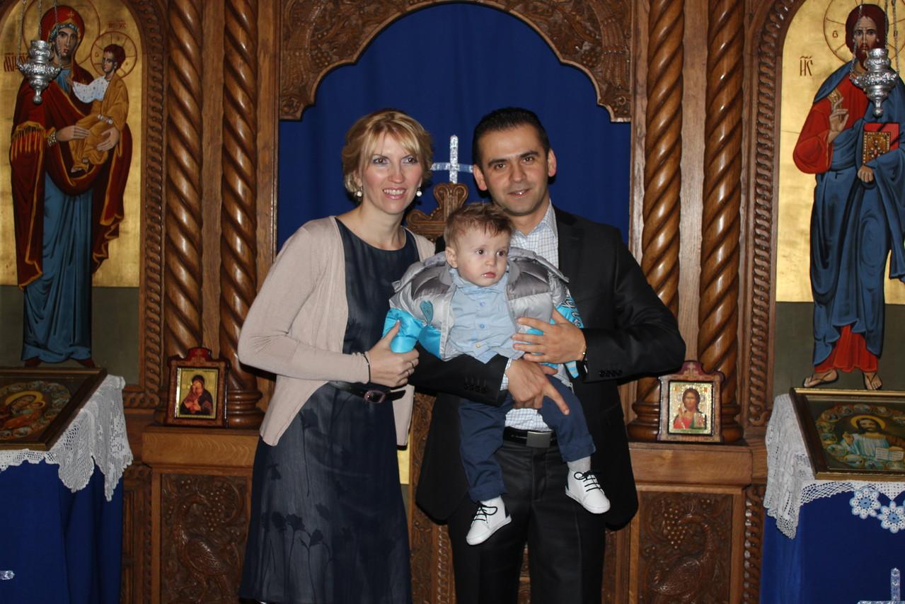 Srećni Roditelji sa krštenim sinom