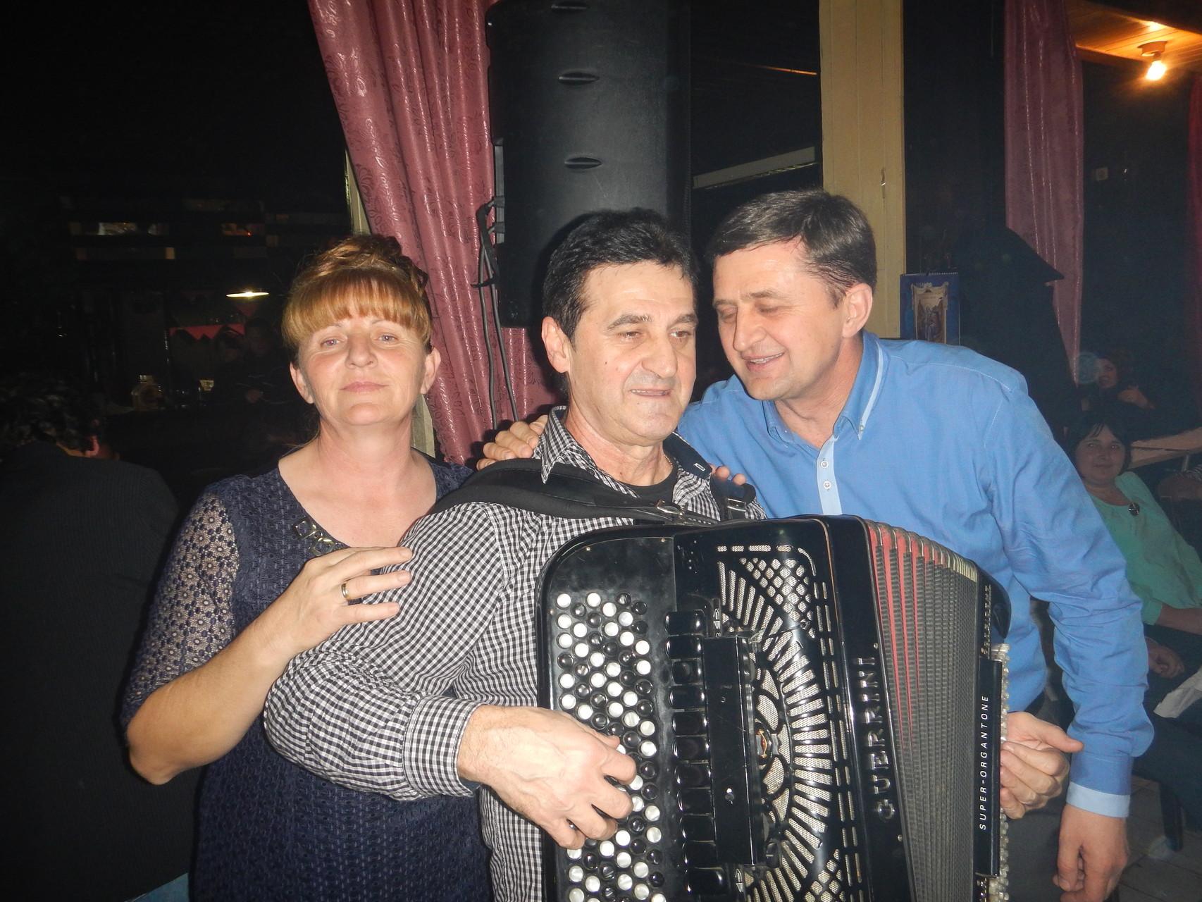 Miki svira, Peco pjeva