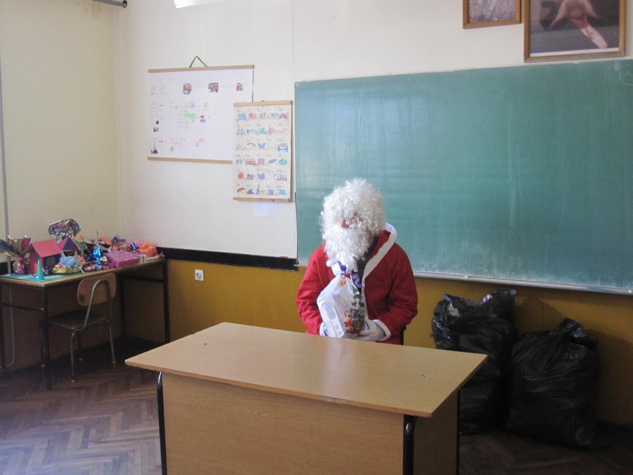djed mraz u ulozi učiteljice