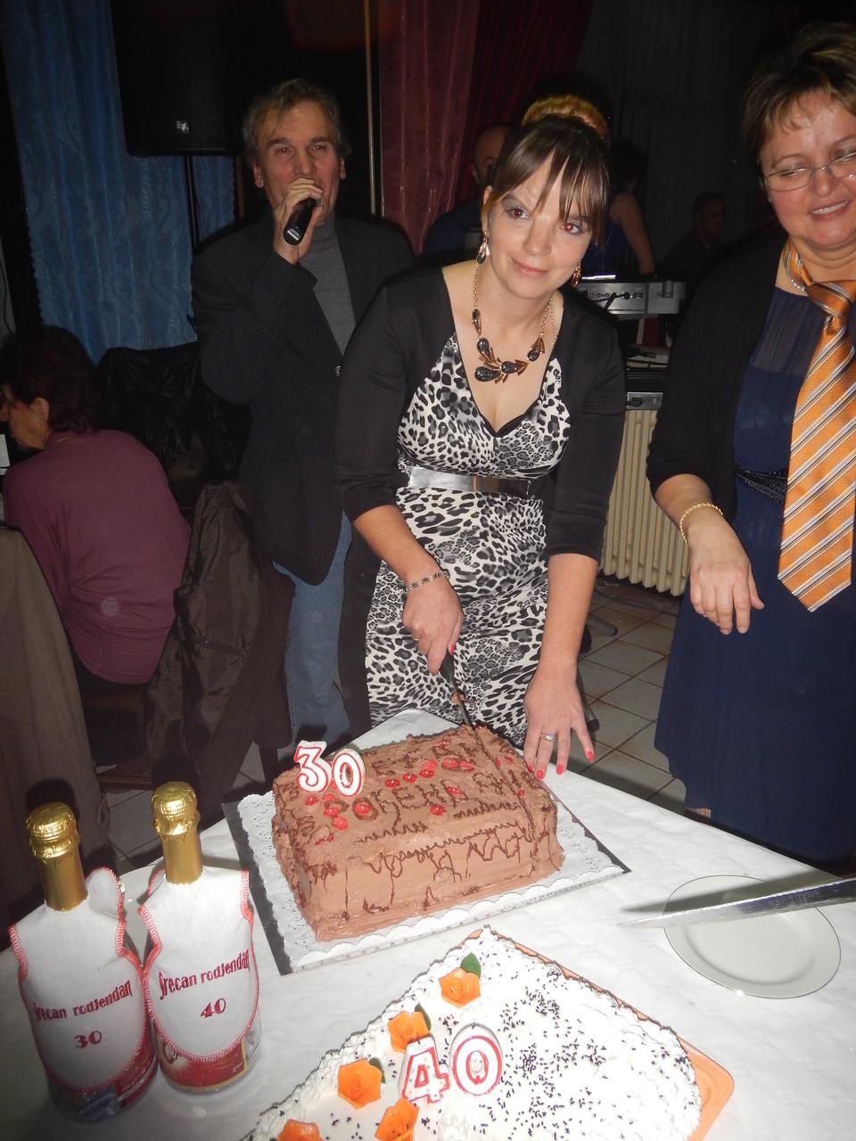 Dragana reže tortu