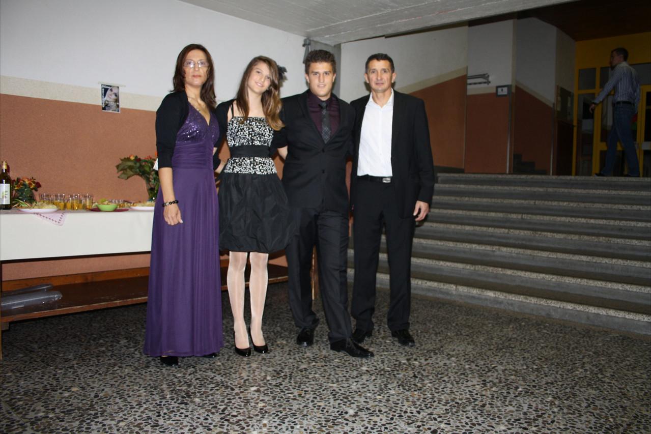 Porodica Radulović nasmejani čekaju goste