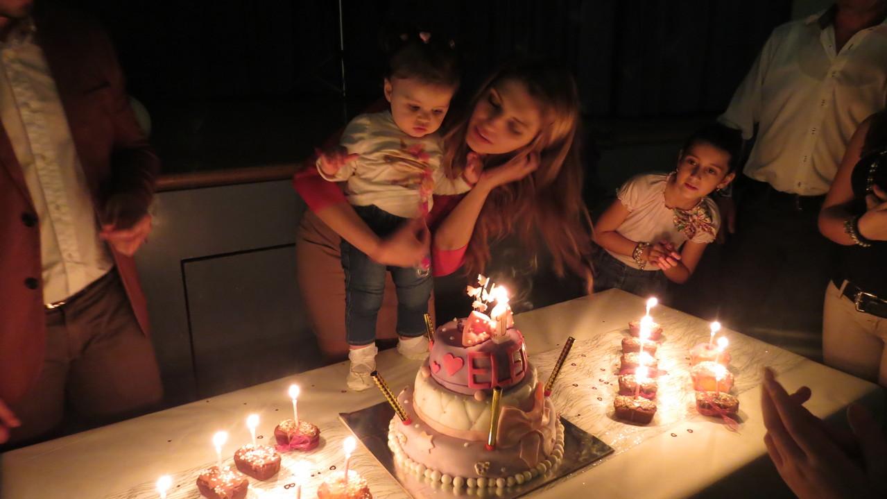 Elena gasi svjećicu