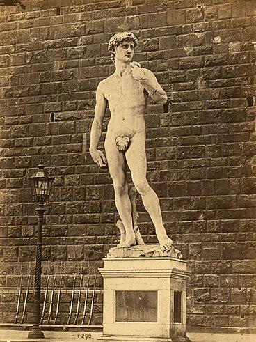 1873年に移転される前のヴェッキオ宮殿の外にあるオリジナルのダビデ。