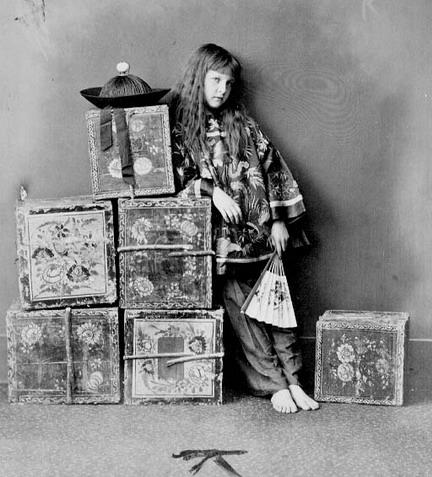 「中国娘」に扮するクシー。ルイス・キャロル撮影(1873年)