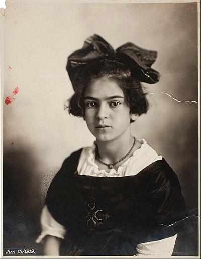 1919年6月15日撮影。カーロ11歳。