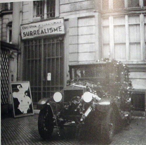 パリ国際シュルレアリスム展会場入口。