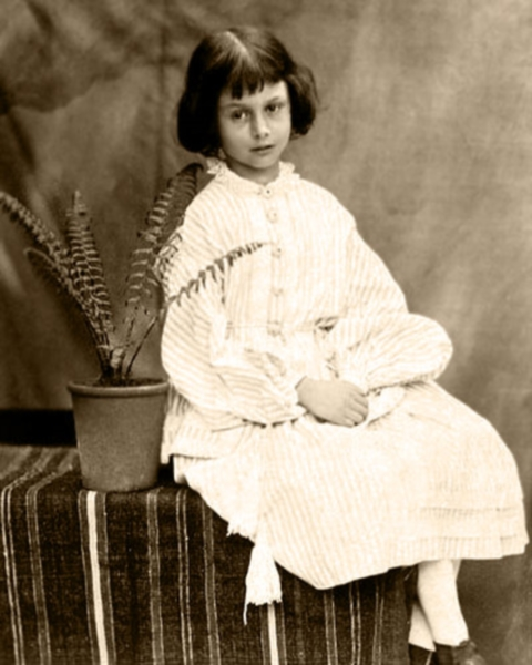 7歳のアリス(1860年、ルイス・キャロル撮影)
