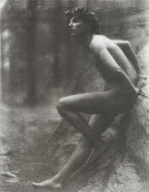 《岩に座る少年》1907年