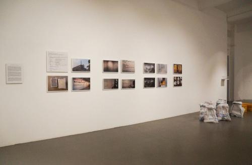 アイ・ウェイウェイ「ひまわりの種とスツール」。写真、エッセイ、ひまわりの種2箱、8つの椅子。