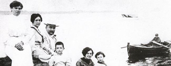ダリの家族。左から2番目と3番目が両親。中央がダリ。妹が右端の女の子。