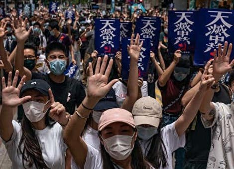 「5大要求、1つも譲らず」というスローガンを表す香港の抗議者たちのジェスチャー・アート。