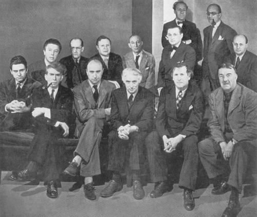 歴史的展示会『亡命芸術家』。1942年3月、ニューヨークのピエール・マティス画廊で開催された『亡命芸術家』展。イブ・タンギー、マックス・エルンスト、フェルナンド・レジェ、アンドレ・ブルトン、ピエト・モンドリアン、アンドレ・マッソンなどシュルレアリストの多くが参加。
