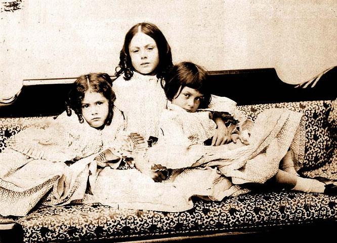 リデル三姉妹。一番右がアリス。ルイス・キャロル撮影。