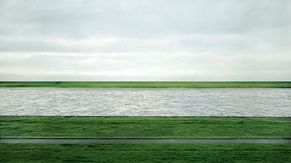 アンドレアス・グルスキー《Rhein II》 (1999)
