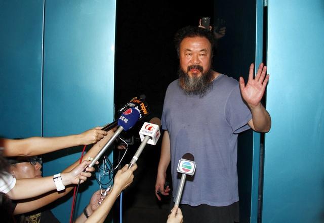 保釈後、北京のスタジオで会見するアイ・ウェイウェイ。