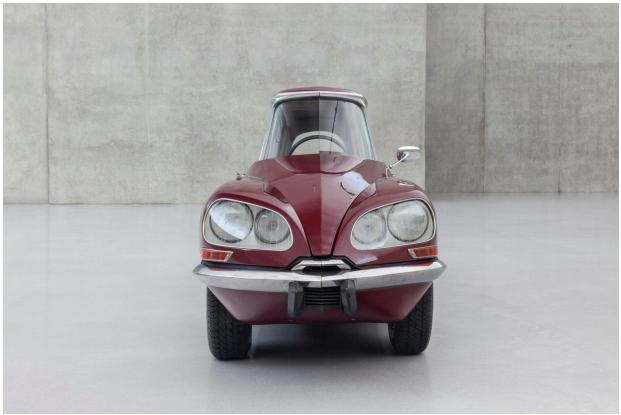 ガブリエル・オロスコ『La DS カーネリアン』2013年 変形した車 489×122×147cm