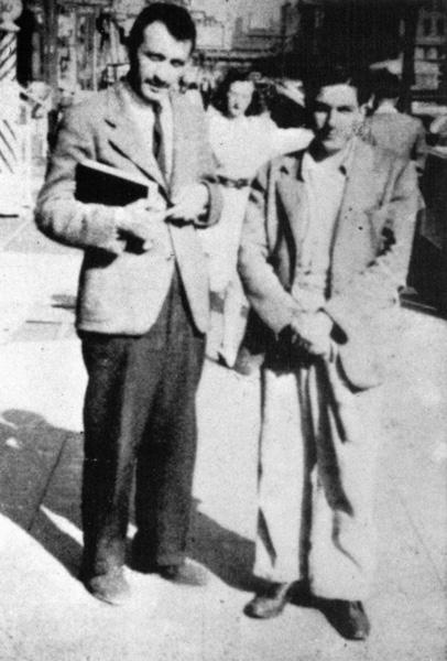 ピーター・ブサと写っているゴーキー(左)の写真。