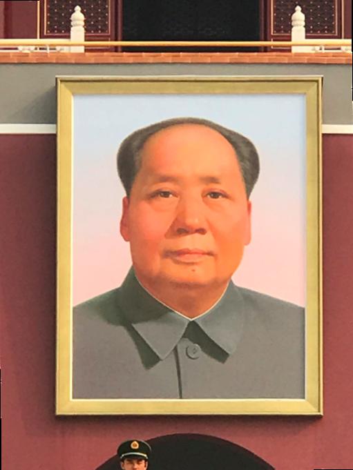 天安門広場に設置されている葛小光による「毛沢東の肖像画」。1949年から60年間で肖像画は8度修正されている(作家が変わる)されている。尚、現在の肖像画は葛小光によるものである。