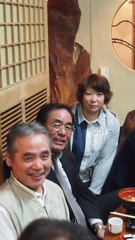 いつも男ばかりの集いですが、ひとり女性が加わるだけで華やぎます。左から佐々木章(S46)、高橋弘文OB(S43)、松川知華子OG(H18)