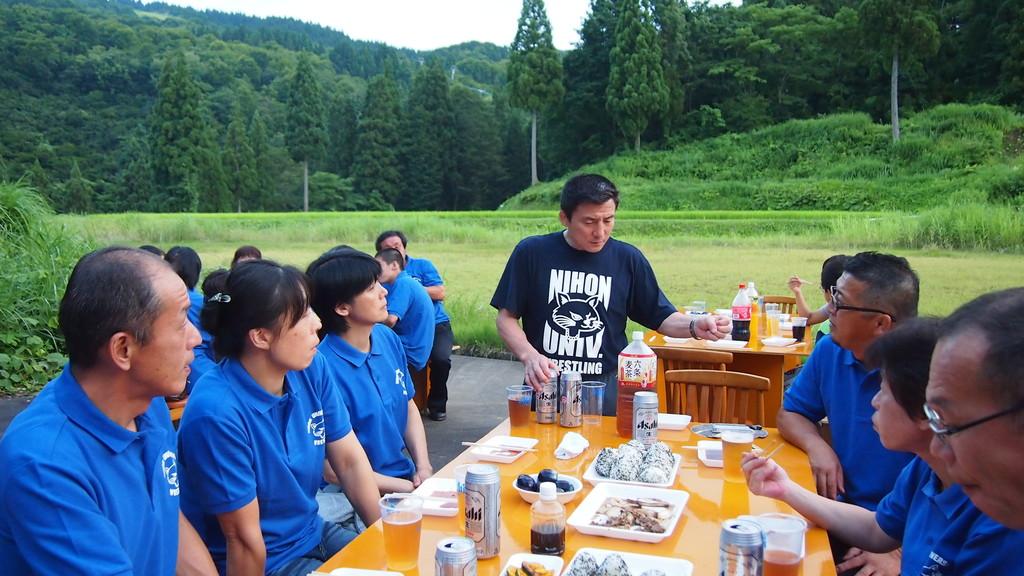 父兄と歓談する富山監督。
