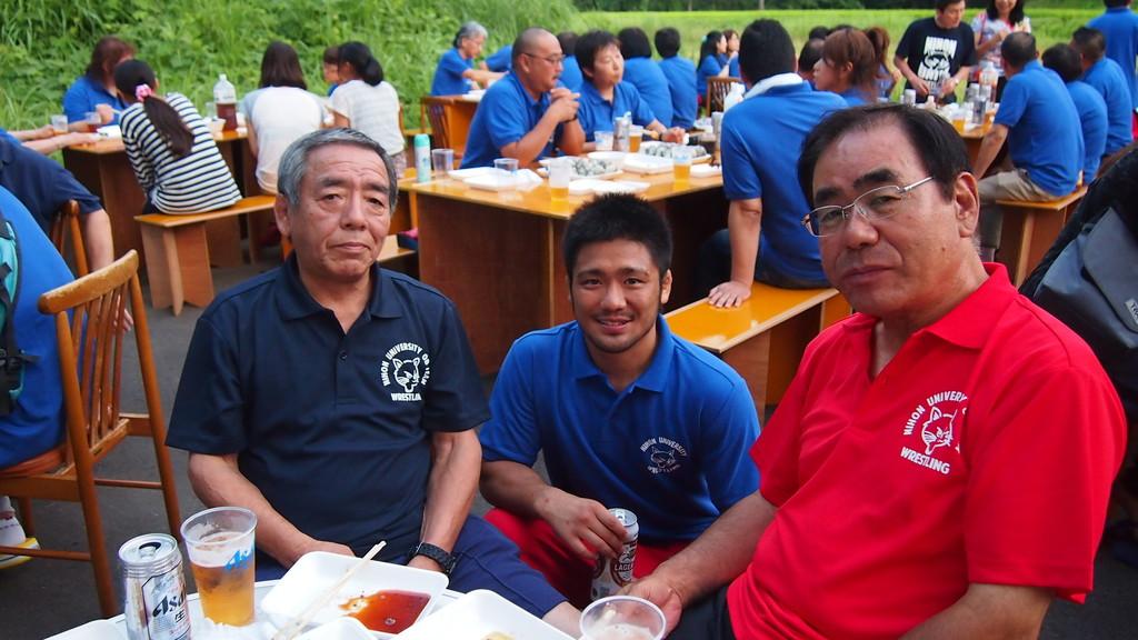 左から、鈴木OB、赤沢主将、高橋OB。