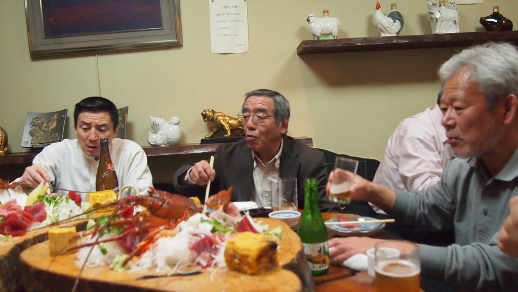 よく飲み、よく食べました。左は、日大藤沢高校 原監督