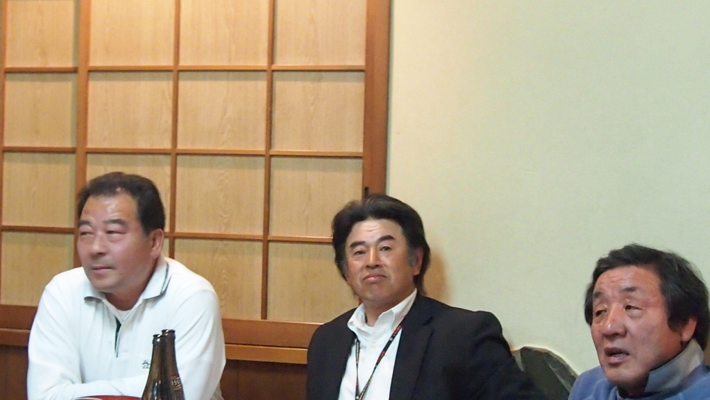左から江沢氏(日藤OB)、高橋功OB(S56、神奈川支部幹事長)、矢後眞直OB(S52)