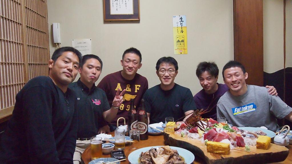 若手OBコーチ陣の円卓。左から松本真也OB(H18)、高坂拓也OB(H14)、斉藤将士OB(H16)、金浜コーチ、水上達志OB(H10)、鈴木豊OB(H12)