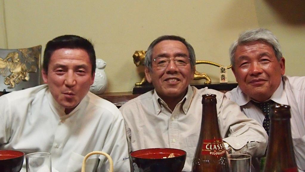 グルメの左党にはたまらないね!左から富山監督、鈴木幹事長、田中OB