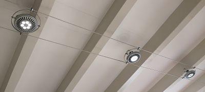 Luminaire : Ce câble tendu peut être proposé à la verticale ou l'horizontale selon le rendu voulu.